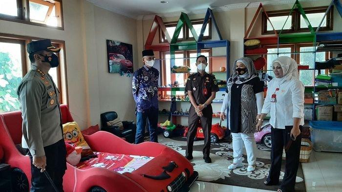 Kapolresta Cirebon, Kombes Pol M Syahduddi (kiri), saat mengecek fasilitasRumah Aman Anak dan Perempuan di Jalan Cideng Indah, Kecamatan Kedawung, Kabupaten Cirebon, Senin (14/6/2021).
