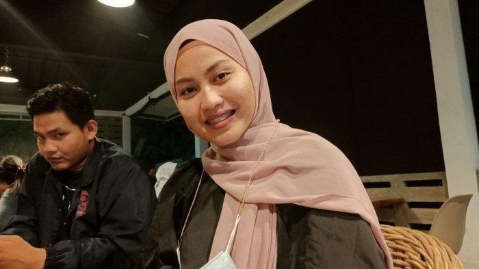 Finalis Rising Star Dangdut Indonesia perwakilan Kabupaten Indramayu, Siti Aliyah (24), saat ditemui di sebuah kafe di Kabupaten Indramayu, Kamis (15/4/2021) malam.