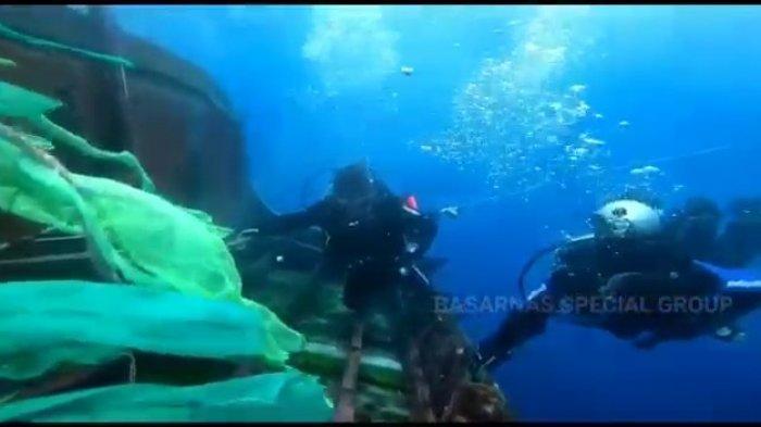 Tangkapan layar tim penyelam sedang berusaha mencari keberadaan korban lainnya dalam kecelakaan MV Barokah Jaya dengan MV Habco Pioneer.