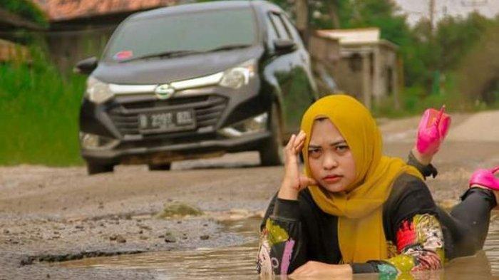 Aksi Suami Istri Berfoto di Jalanan Rusak Penuh Kubangan Viral, Sindir Pemkab Lampung Selatan
