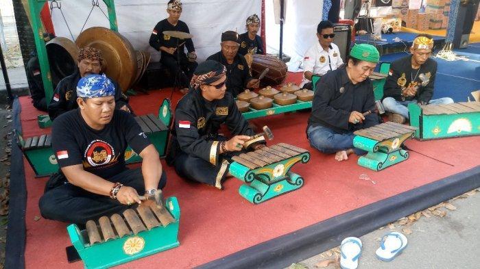 Kenalkan Seni Budaya Cirebon, Laskar Macan Ali Mainkan Musik Gamelan di Posko Mudik
