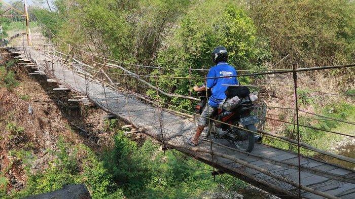 Jembatan Gantung di Cirebon ini Kondisinya Reyot  Bikin Waswas Pengendara Motor yang Melintas