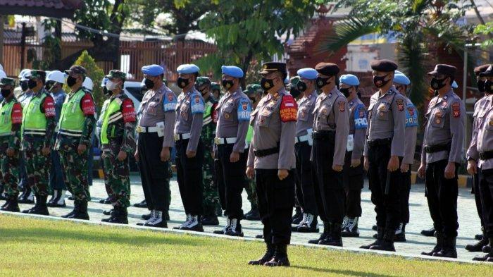 Sejumlah personel saat mengikuti Apel Gelar Pasukan Operasi Sangkan Jati di Mapolresta Cirebon, Jalan R Dewi Sartika, Kecamatan Sumber, Kabupaten Cirebon, Rabu (13/10/2021).