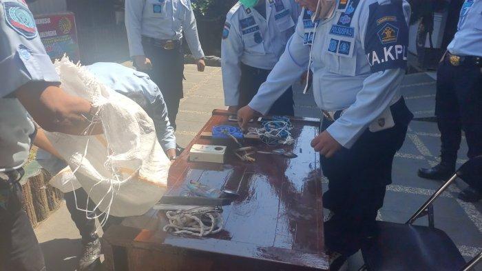 Petugas menggeledah sejumlah kamar warga binaan di Lapas Kelas IIB Majalengka dan menemukan sejumlah barang -barang terlarang, Kamis (27/8/2020)