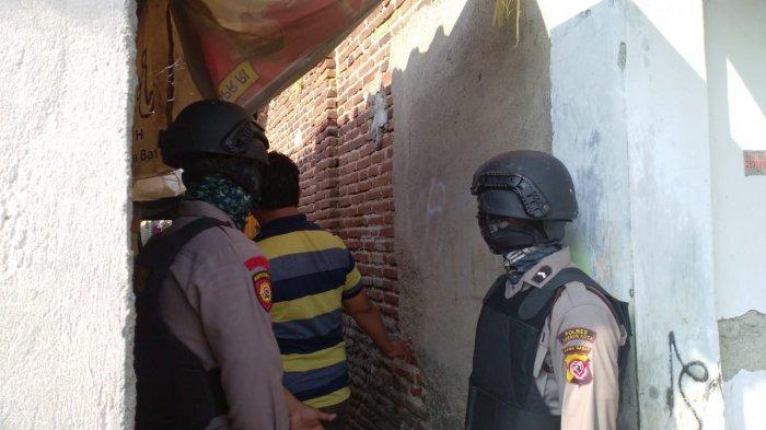 Mulai dari Motor hingga Mata Uang Filipina Disita dari Rumah Terduga Teroris di Kota Cirebon