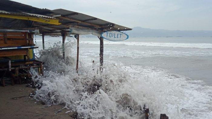 Gelombang pasang kembali terjadi di laut pantai Citepus, Kecamatan Palabuhanratu, Kabupaten Sukabumi, Jawa Barat, Sabtu (9/5/2020)