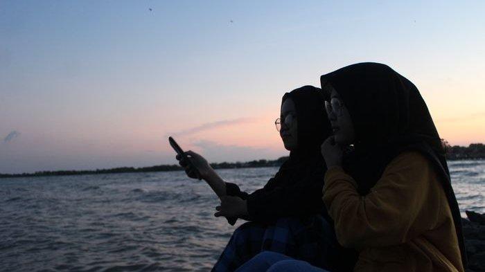Warga Senang Bisa Lihat Gerhana Bulan Total Secara Jelas dari Pantai Karangsong Indramayu