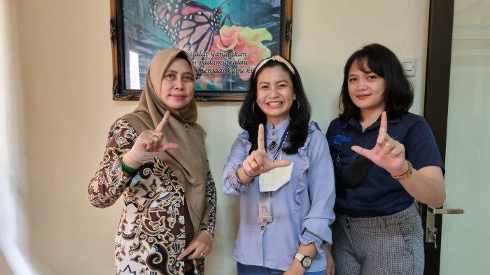 GM Bisnis Tribun Jabar, Rahmi Khasya Sarini (kedua kanan), saat bersilaturahmi dengan Kabid PKIP Diskominfo Kabupaten Cirebon, Kartikasari (kiri), di Diskominfo Kabupaten Cirebon, Jalan Sunan Drajat, Kecamatan Sumber, Kabupaten Cirebon, Kamis (14/10/2021).