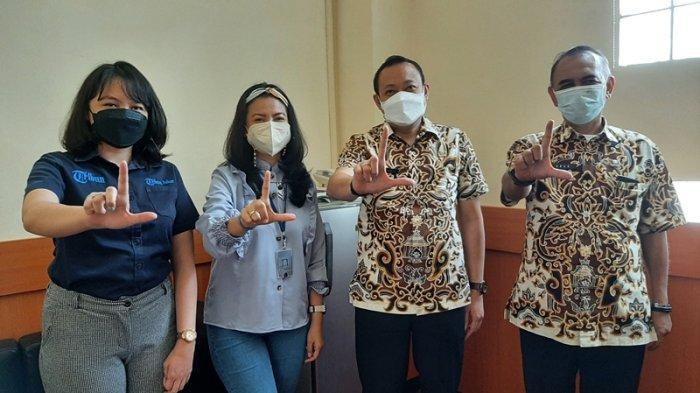 GM Bisnis Tribun Jabar, Rahmi Khasya Sarini (kedua kiri), saat bersilaturahmi dengan Kabag Prokompim Pemkab Cirebon, Nanan Abdul Manan (kedua kanan), di Kantor Bupati Cirebon, Jalan Sunan Kalijaga, Kecamatan Sumber, Kabupaten Cirebon, Kamis (14/10/2021).