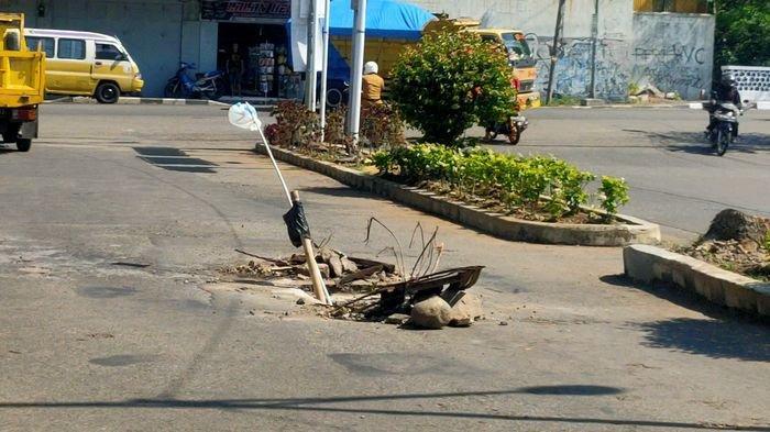 Awas, Ada Lubang di Jalanan Pusat Kota Majalengka Dijaga Batu dan Bambu, Pernah Ada yang Terperosok