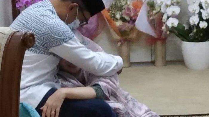 Ridwan Kamil Peluk Atalia yang Sembuh dari Covid-19, Banjir Ucapan Selamat & Doa dari Public Figure