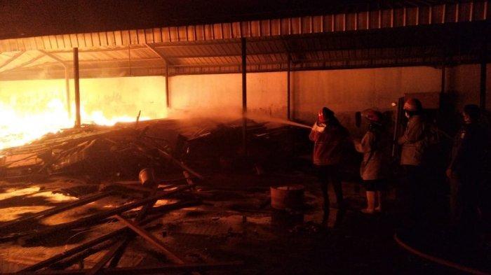 9 Unit Damkar Kabupaten Cirebon Berusaha Matikan Api di Gudang Peralatan Tambak Udang Tadi Malam