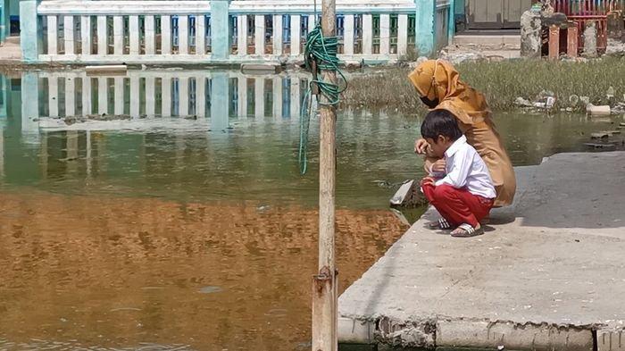 Foto Guru dan Murid SDN Eretan Wetan II Ini Bikin Sedih, Memandang Air yang 2 Tahun Genangi Sekolah