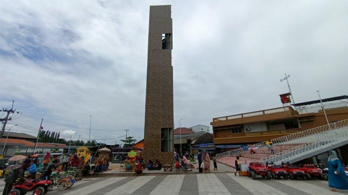 Pengunjung RTH Jatibarang Indramayu Prihatin Banyak Bagian Dinding Menara yang Rusak Mengelupas