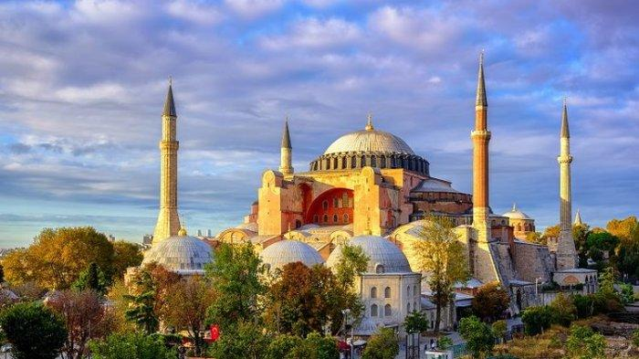 Ribuan Orang Mendirikan Salat Jumat Pertama di Masjid Hagia Sophia Setelah 86 Tahun Terakhir