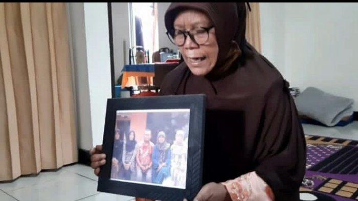 Yeti (65) kakak tertua dari Tuti korban pembunuhan di Subang saat ditemui di kediamannya, Senin (23/8/2021).