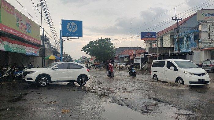 Hati-Hati, Ada Genangan Air di Ruas Jalan Cibolerang-Jatiwangi Majalengka Akibat Hujan Deras