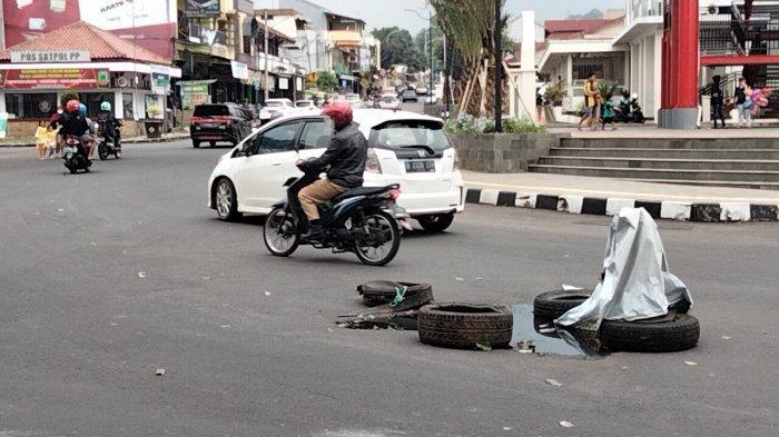 Duh, Jalan di Sekitar Alun-alun Taman Kuningan Ambles, Banyak Pemotor Kecelakaan, Penerangan Kurang