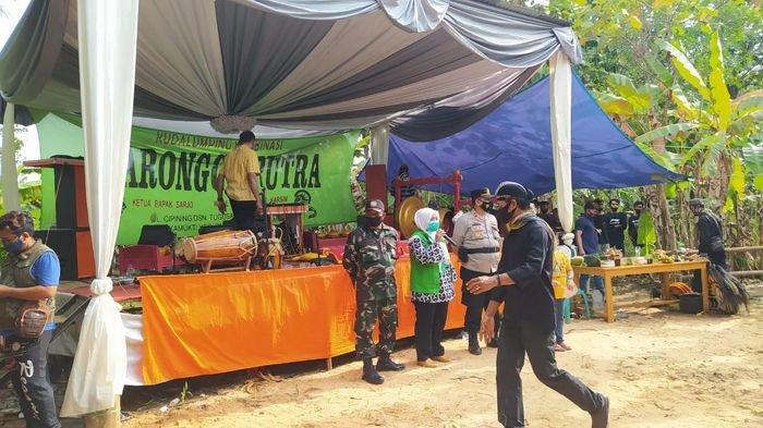Hiburan ebeg di pesta pernikahan di Dusun Ciporoan Desa Sidaharja Pamarican, Kabupaten Ciamis terpaksa dibubarkan karena menimbulkan kerumunan orang, Sabtu (6/2/2021).