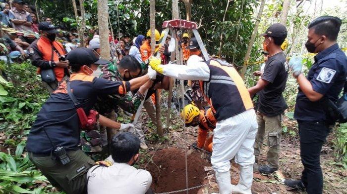 Mencari Kayu Bakar Nenek Erum Diduga Terpeleset Masuk Sumur Sedalam 16 Meter, Tim Kesulitan Evakuasi