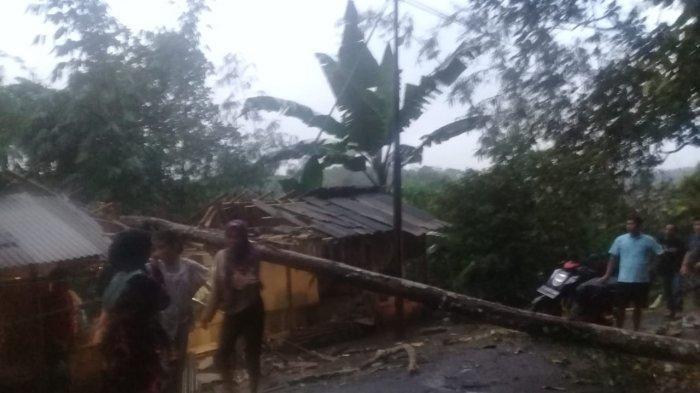 Gara-gara Hujan dan Angin Kencang, Pohon Tumbang Menimpa Rumah Warga Kampung Tegaldatar Sukabumi