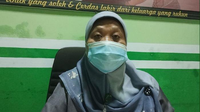 Humas Pengadilan Agama Kabupaten Indramayu, Engkung Kurniati di ruang kerjanya, Senin (18/1/2021).