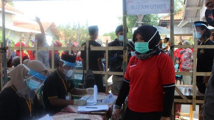 Lely Uliyah Calon Kades Desa Majasari, Kecamatan Sliyeg, Kabupaten Indramayu dengan nomor urut 1 saat mencoblos, Rabu (2/6/2021).