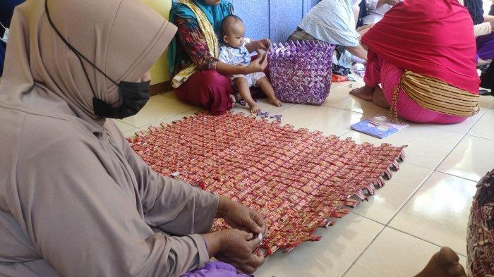 Emak-emak di Majalengka Ini Ajarkan Cara Buat Tikar dari Bungkus Kopi, Bantu Kurangi Limbah Plastik