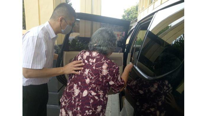 Sri Mulyani alias Kwik Lioe Nio saat hendak meninggalkan Pengadilan Negeri Majalengka selepas menjalani sidang gugatannya kepada anaknya yang bernama Ika Wartika alias Kwik Gien Nio pada Selasa (13/4/2021).