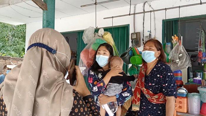 Emak-emak di Indramayu Protes Petugas Saat Toko Mereka Ditutup Paksa Petugas: Untuk Makan Gimana?