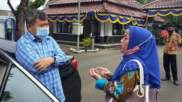 Seorang Ibu Cegat Mobil Bupati Garut, Menangis Ceritakan Suaminya Seorang PNS Berselingkuh
