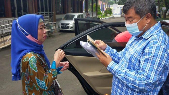 Seorang ibu mencegat Bupati Garut Rudy Gunawan di Pendopo Sabtu (20/2/2021), dihadapkan bupati ibu paruh baya tersebut menangis dan curhat suaminya seorang PNS Garut telah selingkuh.