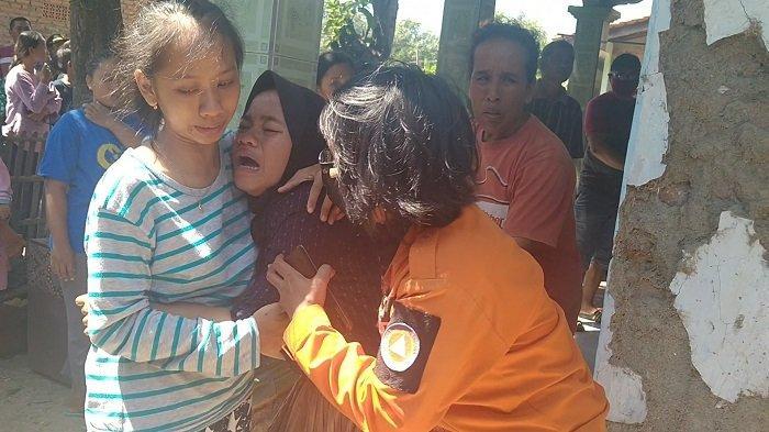 Ibu Bocah 7 Tahun Menangis Histeris saat Jenazah Anaknya yang Tenggelam Tiba di Rumah Duka