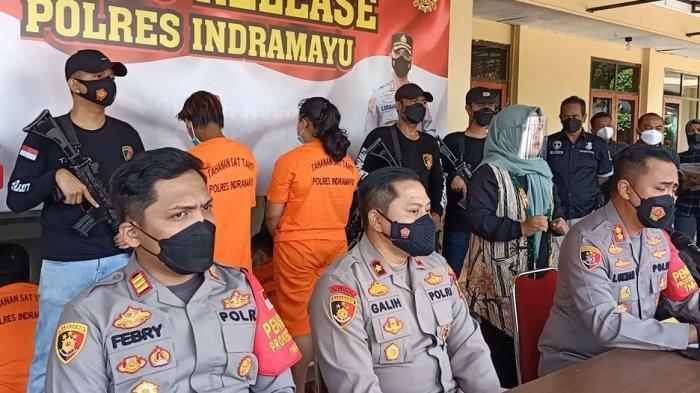 Ibu tiri beserta algojo saat digelandang polisi di Mapolres Indramayu, Kamis (23/9/2021)