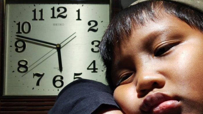 ILUSTRASI - Anak menunggu waktu berbuka puasa.