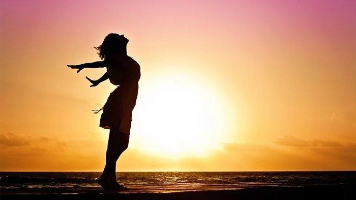 Berjemur di Bawah Sinar Matahari, Baik Tingkatkan Daya Tahan Tubuh, Jam Berapa Kita Harus Berjemur?