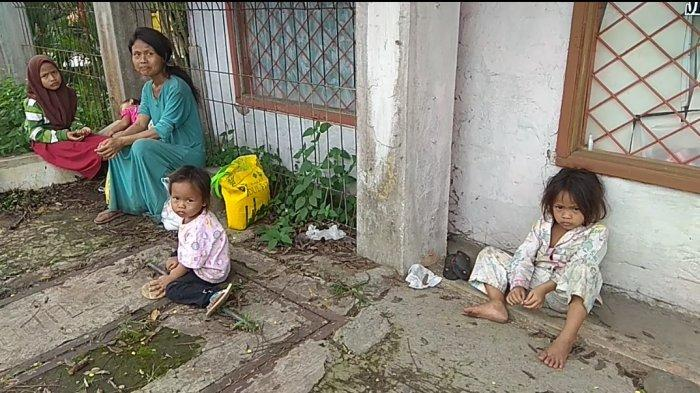 Tak Dapat Bantuan Pemerintah, Imas Jalan Kaki 10 KM Dengan Anaknya Demi Dapat Bantuan dari Dermawan