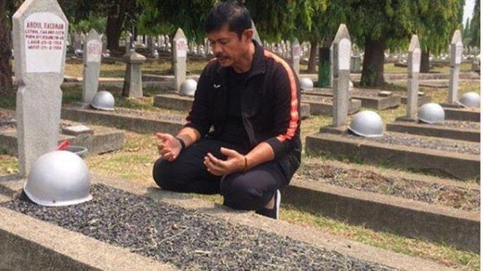 Dihina Seusai Gagal Bawa Timnas U-22 Indonesia Juara, Indra Sjafri Tenangkan Diri di Makam Ibunda