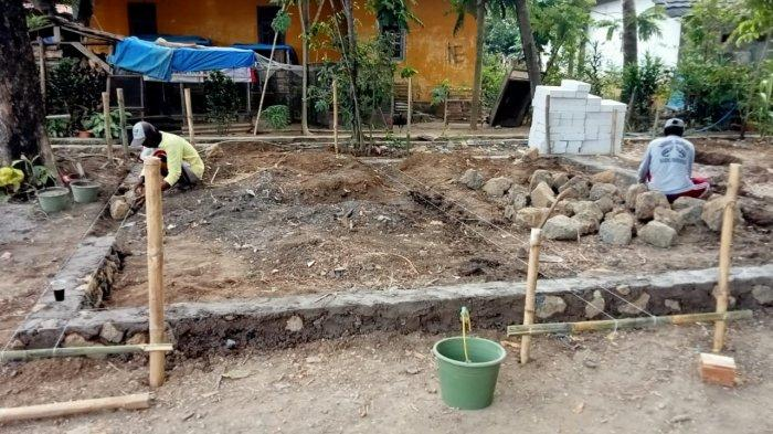 Pembangunan rumah baru untuk Sinta Murni (7) dan ibunya Nani Kuntring (37) di Desa Kroya Blok Lapangan Bola, Kecamatan Kroya, Kabupaten Indramayu, Minggu (5/9/2021). Foto istimewa/LPAI