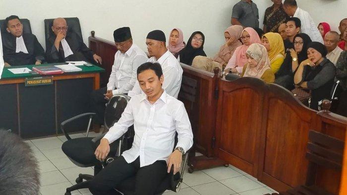 Kenakan Kemeja Putih, Irfan Nur Alam, Anak Bupati Majalengka Hadir di Persidangan