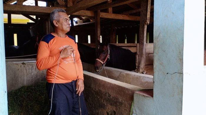 H Eman Warga Desa Silebu, Kecamatan Pancalang, Kuningan saat ditemui di Kandang Kuda Miliknya