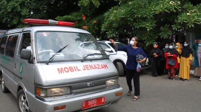 Isak Tangis & Taburan Bunga Antar Jenazah Nakes RSD Gunung Jati Cirebon yang Meninggal karena Corona