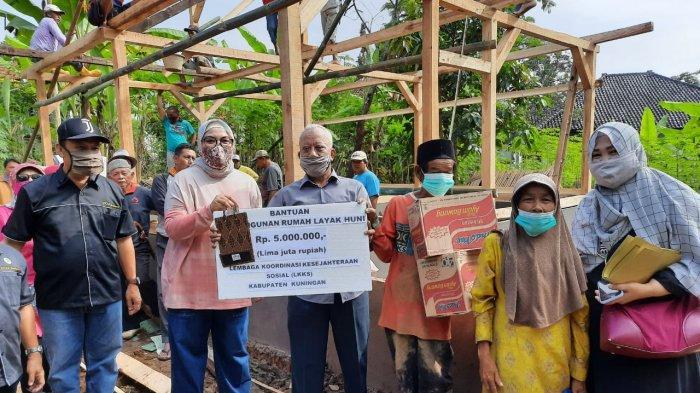 Istri Bupati Kuningan Tinjau & Beri Bantuan untuk Pembangunan Musala & Tiga Rumah Warga yang Ambruk