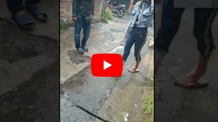 Detik-detik Istri Ditusuk Suami di Pinggir Jalan di Bandung, Ibu-ibu Histeris: Itu Ditusuk, Tolong