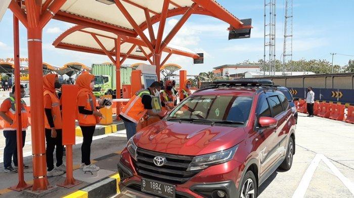 Peringati Hari Pelanggan Nasional, PT LMS Bagikan Masker ke Pengendara di GT Palimanan Tol Cipali