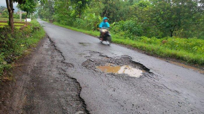 Terus Diguyur Hujan Beberapa Kondisi Jalan di Majalengka Makin Rusak, Berlubang Hingga 1 Meter