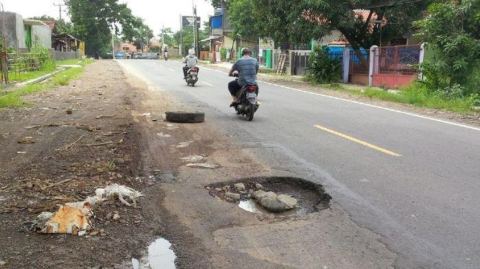 Banyak Jalan Berlubang, Pengguna Jalan Keluhkan Buruknya Ruas Jalan Jatiwangi-Sumberjaya Majalengka