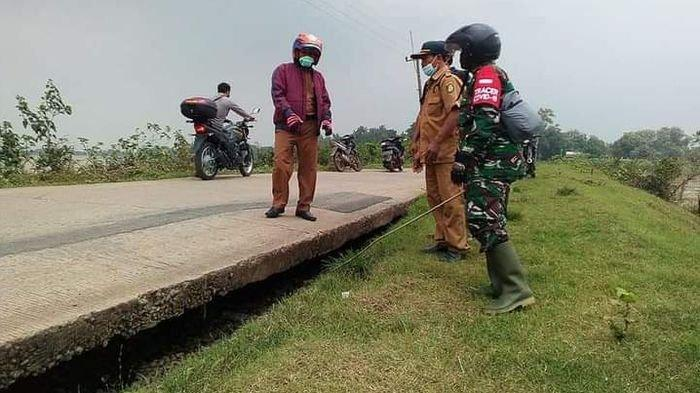 Jalan Beton di Desa Situraja Indramayu Menganga, Bantalan Tanahnya Turun Akibat Tergerus Banjir