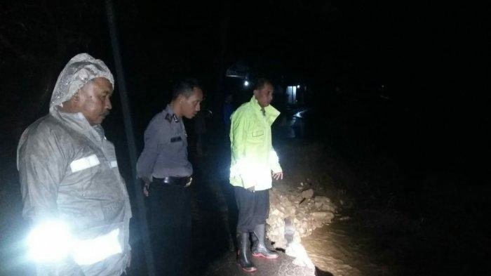 BREAKING NEWS - Sungai Cibodas Meluap, Jalan Cibodas-Nunuk Baru Majalengka Ambles