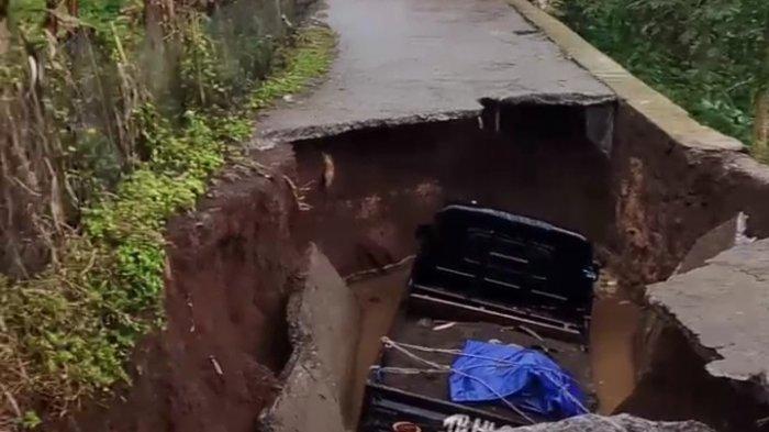 Jalan Citepus Malangbong Garut Ambles, Mobil Pikap yang Sedang Melaju Ikut Terperosok